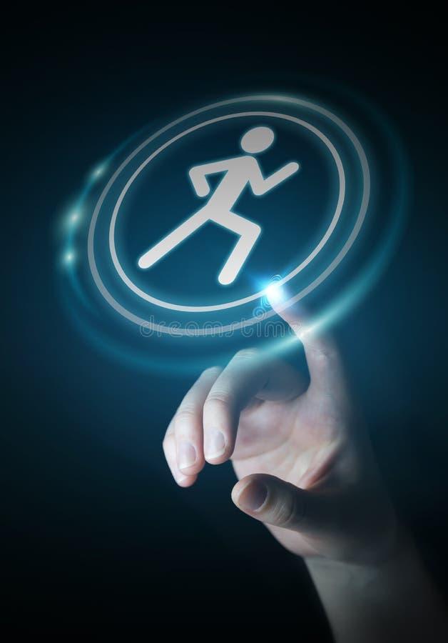 Νέα γυναίκα που χρησιμοποιεί την τρέχοντας εφαρμογή για να ελεγχθούν οι αποδόσεις της απεικόνιση αποθεμάτων