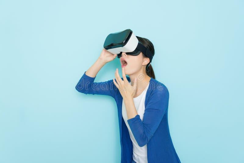Νέα γυναίκα που χρησιμοποιεί την τρισδιάστατη εικονική πραγματικότητα κασκών στοκ εικόνες με δικαίωμα ελεύθερης χρήσης