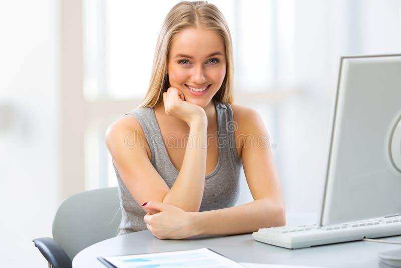 Νέα γυναίκα που χρησιμοποιεί τον υπολογιστή στο σπίτι στοκ φωτογραφία με δικαίωμα ελεύθερης χρήσης