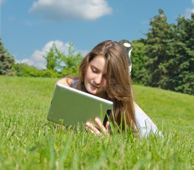 Νέα γυναίκα που χρησιμοποιεί touchpad στοκ εικόνες