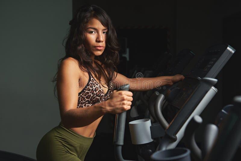 Νέα γυναίκα που χρησιμοποιεί treadmill στοκ φωτογραφία με δικαίωμα ελεύθερης χρήσης