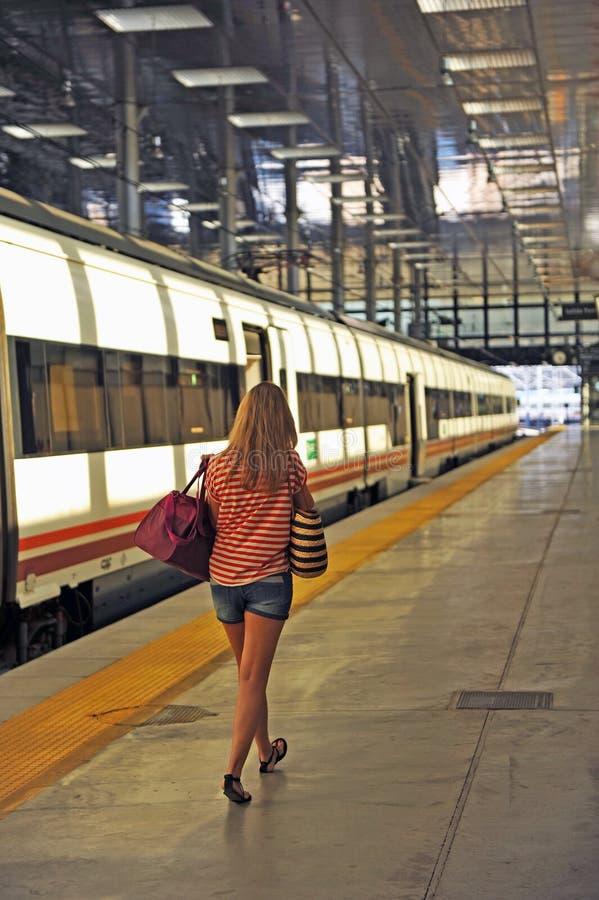 Νέα γυναίκα σε έναν σταθμό τρένου, Καντίζ, Ισπανία στοκ εικόνες