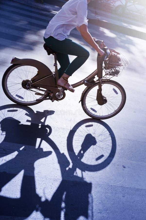 Νέα γυναίκα σε ένα δημόσιο ποδήλατο στοκ εικόνα με δικαίωμα ελεύθερης χρήσης