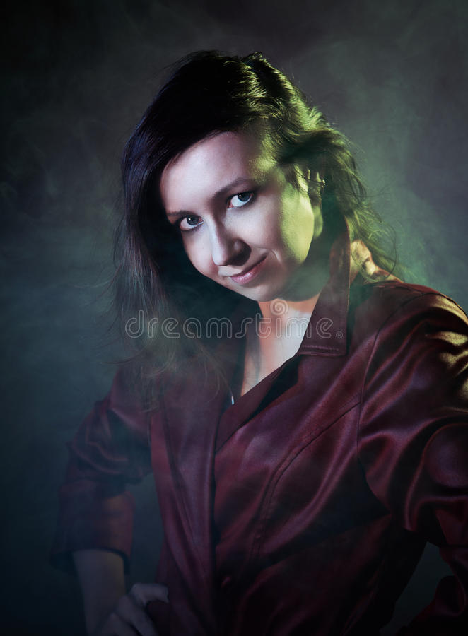 Νέα γυναίκα σε ένα κόκκινο σακάκι, ύφος κινηματογράφων στοκ φωτογραφίες με δικαίωμα ελεύθερης χρήσης