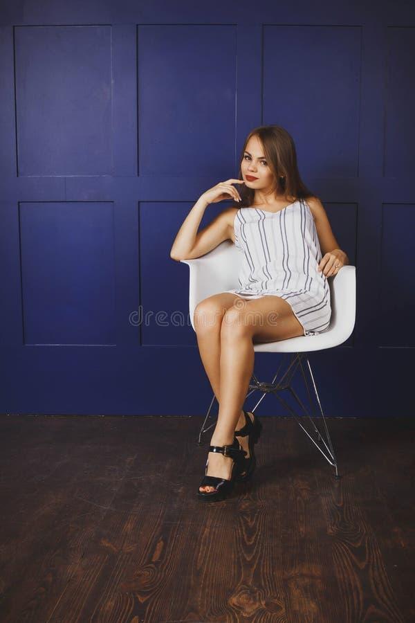 Νέα γυναίκα σε ένα μοντέρνο φόρεμα στοκ φωτογραφία