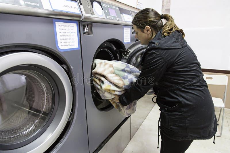 Νέα γυναίκα σε ένα πλυντήριο στοκ φωτογραφίες