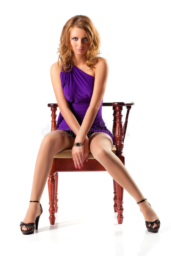 Νέα γυναίκα σε μια έδρα στοκ εικόνες