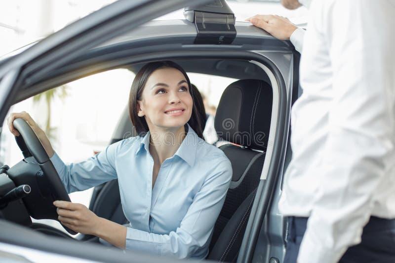 Νέα γυναίκα σε μια έννοια τεστ δοκιμής υπηρεσιών ενοικίου αυτοκινήτων στοκ εικόνα με δικαίωμα ελεύθερης χρήσης