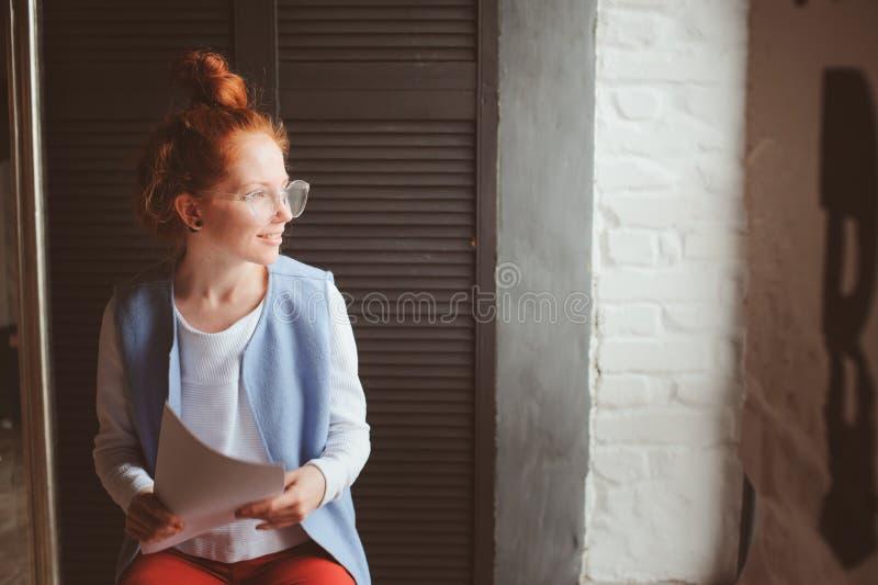 Νέα γυναίκα σπουδαστών hipster ή δημιουργικός ανεξάρτητος σχεδιαστής που εργάζεται στο πρόγραμμα Κράτημα coursework ή επιχειρηματ στοκ φωτογραφία
