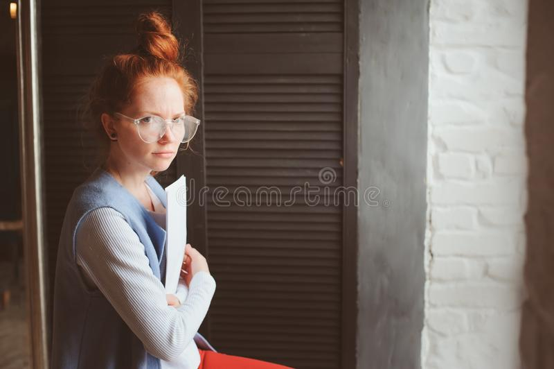 Νέα γυναίκα σπουδαστών hipster ή δημιουργικός ανεξάρτητος σχεδιαστής που εργάζεται στο πρόγραμμα Κράτημα coursework ή επιχειρηματ στοκ εικόνες