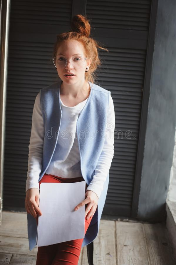 Νέα γυναίκα σπουδαστών hipster ή δημιουργικός ανεξάρτητος σχεδιαστής που εργάζεται στο πρόγραμμα στοκ εικόνα