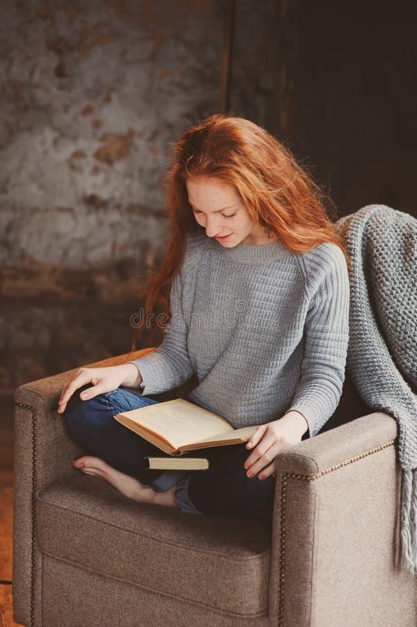 Νέα γυναίκα σπουδαστών readhead που μαθαίνει και που διαβάζει τα βιβλία στοκ φωτογραφία με δικαίωμα ελεύθερης χρήσης