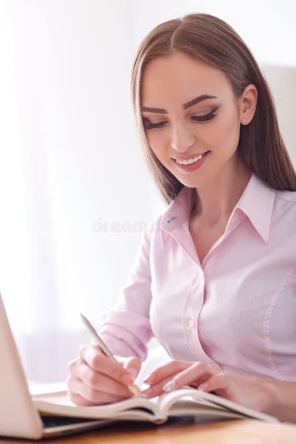 Νέα γυναίκα σπουδαστής που μελετά στο σπίτι στοκ φωτογραφίες με δικαίωμα ελεύθερης χρήσης