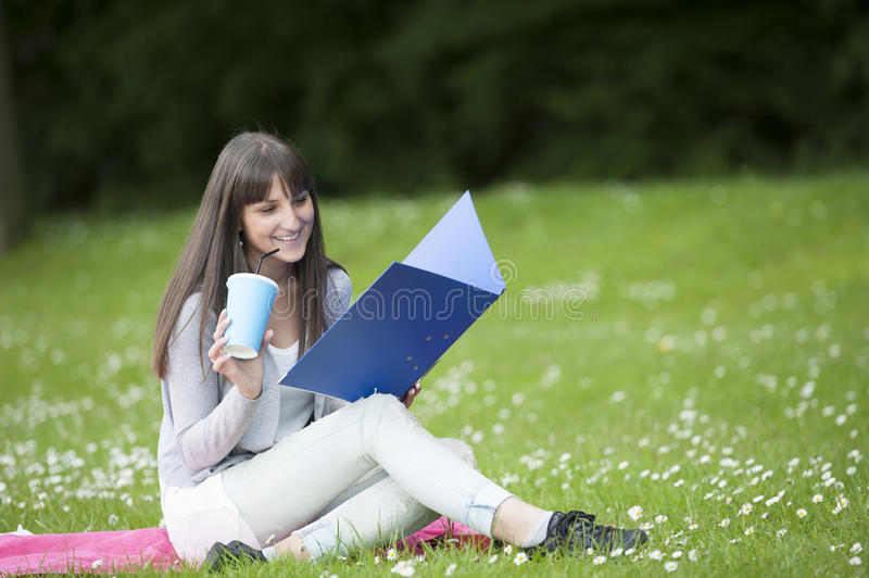 Νέα γυναίκα σπουδαστής στο πάρκο στοκ φωτογραφία