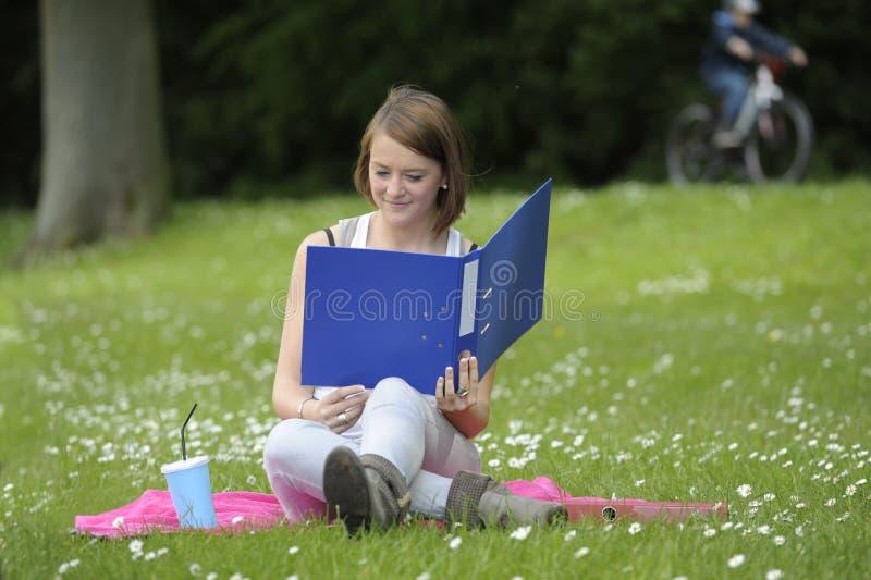 Νέα γυναίκα σπουδαστής στο πάρκο στοκ εικόνα