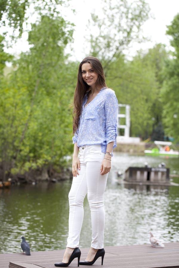 Νέα γυναίκα στα άσπρα εσώρουχα και μια μπλε μπλούζα στοκ φωτογραφίες