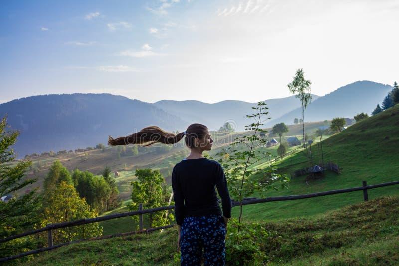 Νέα γυναίκα στα βουνά στοκ φωτογραφία με δικαίωμα ελεύθερης χρήσης