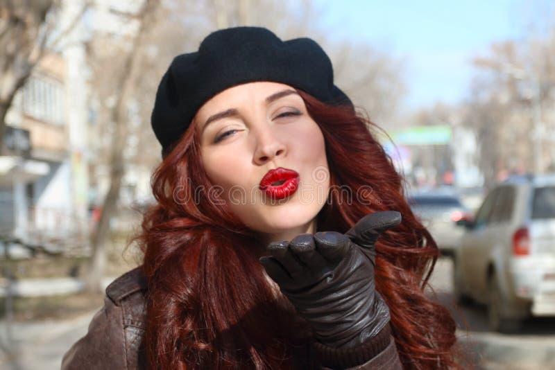 Νέα γυναίκα στα γάντια και beret δέρματος στοκ εικόνα