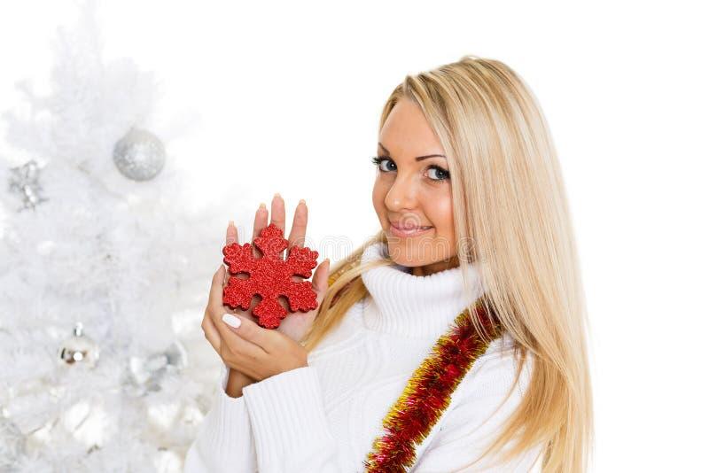 Νέα γυναίκα στα χειμερινά ενδύματα με snowflake. στοκ εικόνες