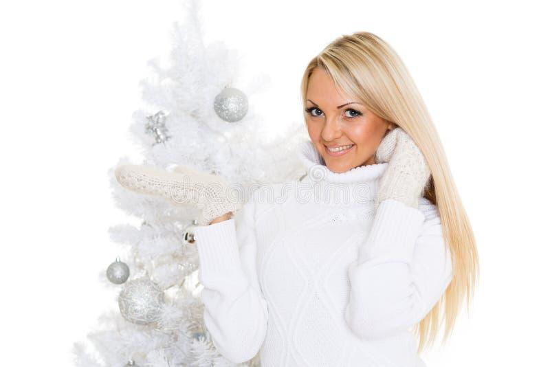 Νέα γυναίκα στα χειμερινά ενδύματα. Χριστούγεννα. στοκ εικόνα με δικαίωμα ελεύθερης χρήσης