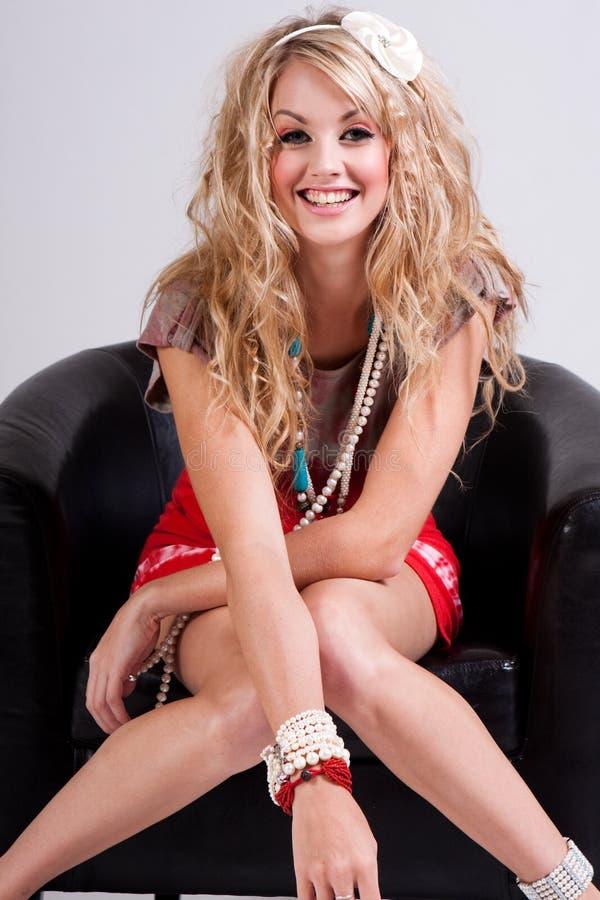 Download Νέα γυναίκα στην έδρα που φορά τα διακοσμημένα με χάντρες εξαρτήματα Στοκ Εικόνα - εικόνα από καυκάσιος, χαμόγελο: 13176825