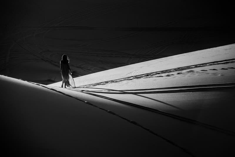 Νέα γυναίκα στην έρημο Σαχάρας στοκ εικόνα
