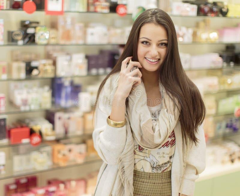 Νέα γυναίκα στην αρωματοποιία στοκ φωτογραφία με δικαίωμα ελεύθερης χρήσης