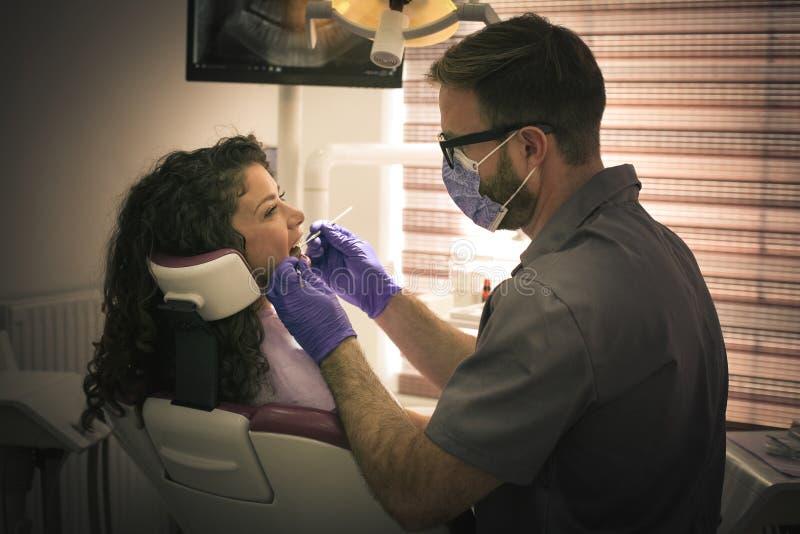 Νέα γυναίκα στην εξέταση οδοντιάτρων στοκ φωτογραφίες