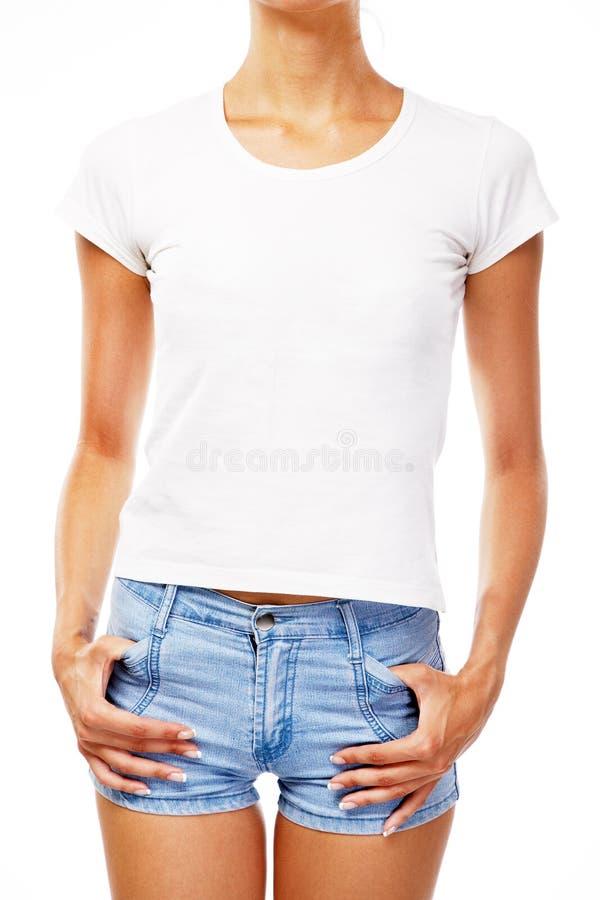 Νέα γυναίκα στην κενή άσπρη μπλούζα στοκ εικόνες με δικαίωμα ελεύθερης χρήσης