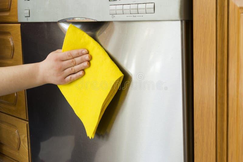 Καθαρισμός του πλυντηρίου πιάτων στοκ εικόνες με δικαίωμα ελεύθερης χρήσης