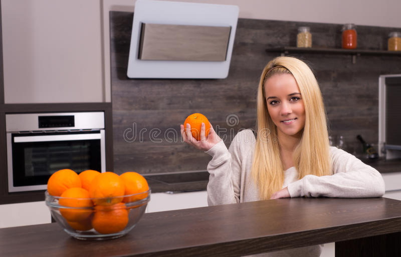 Νέα γυναίκα στην κουζίνα στοκ εικόνες με δικαίωμα ελεύθερης χρήσης