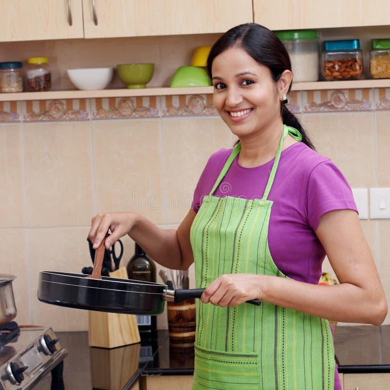 Νέα γυναίκα στην κουζίνα στοκ εικόνες