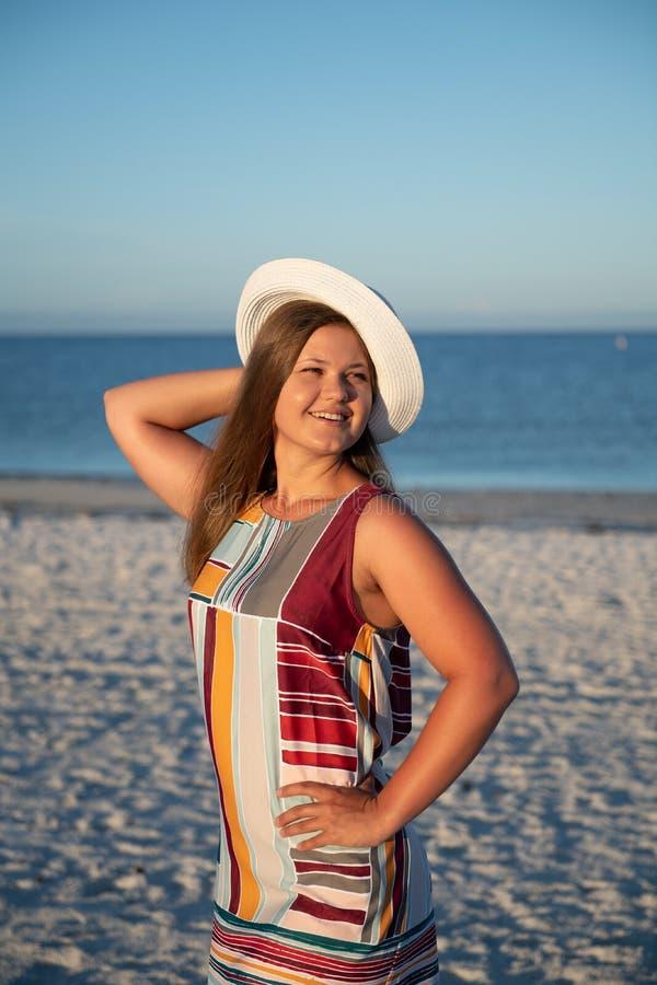 Νέα γυναίκα στην παραλία στοκ εικόνα