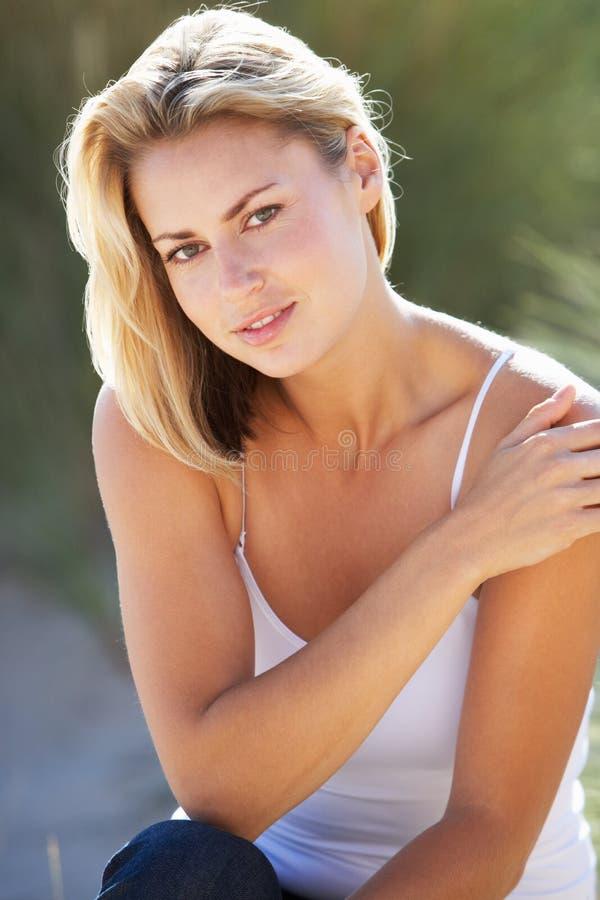 Download Νέα γυναίκα στην παραλία στοκ εικόνα. εικόνα από χαλαρωμένος - 22779167
