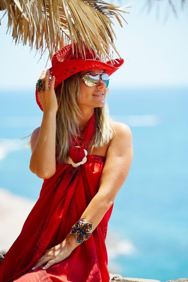 Νέα γυναίκα στην παραλία το καλοκαίρι στοκ εικόνα