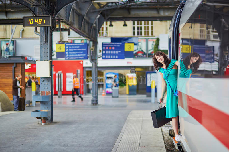 Νέα γυναίκα στην πλατφόρμα ενός σταθμού τρένου στοκ εικόνες