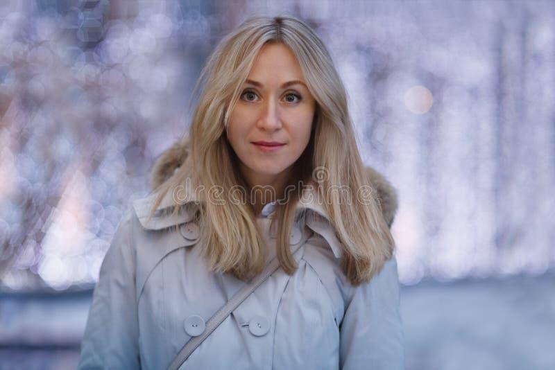 Νέα γυναίκα στη χειμερινή οδό στοκ φωτογραφίες