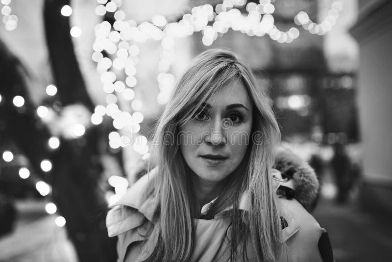 Νέα γυναίκα στη χειμερινή οδό στοκ εικόνες