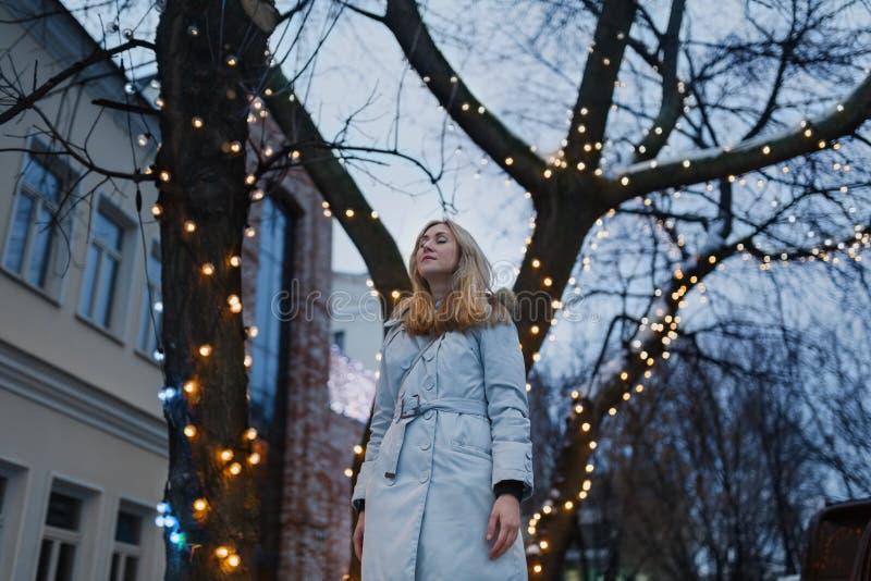 Νέα γυναίκα στη χειμερινή οδό στοκ φωτογραφία
