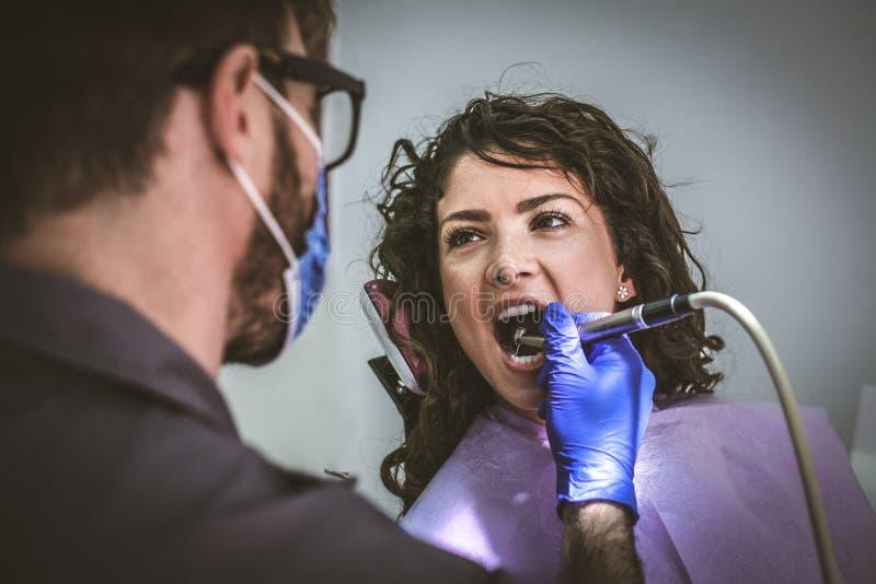 Νέα γυναίκα στη χειρουργική επέμβαση οδοντιάτρων κλείστε επάνω στοκ φωτογραφίες με δικαίωμα ελεύθερης χρήσης