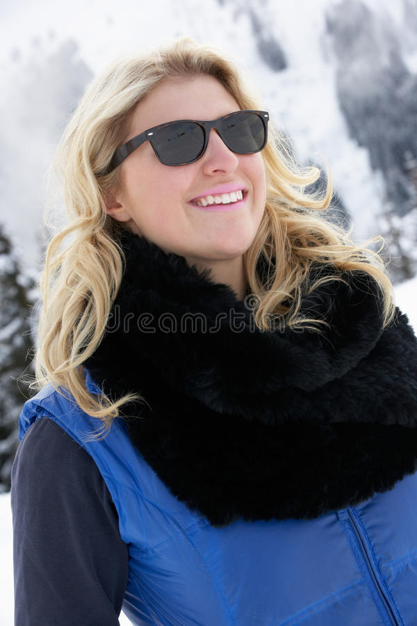 Νέα γυναίκα στις διακοπές σκι στα βουνά στοκ φωτογραφία