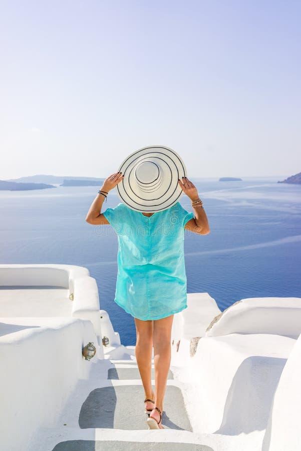 Νέα γυναίκα στις διακοπές, Santorini στοκ εικόνες