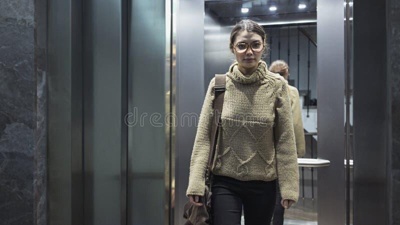 Νέα γυναίκα στον ανελκυστήρα στοκ εικόνα