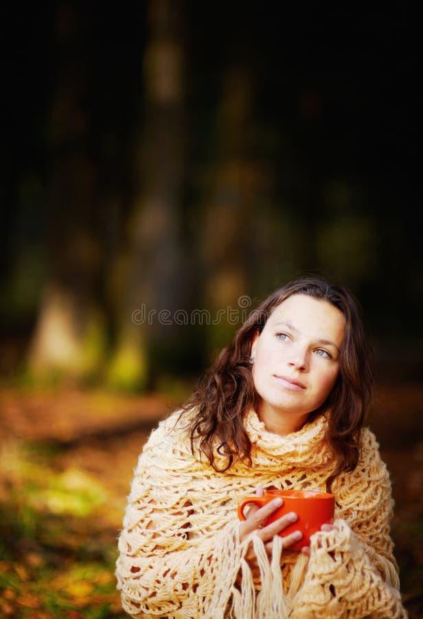 Νέα γυναίκα στο δάσος στοκ εικόνες με δικαίωμα ελεύθερης χρήσης