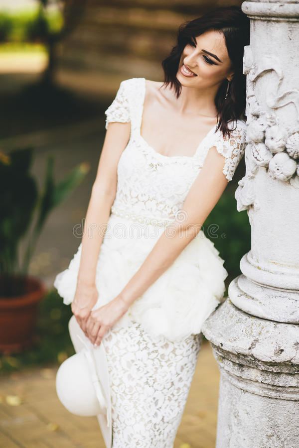 Νέα γυναίκα στο άσπρο φόρεμα στην οδό στοκ εικόνες