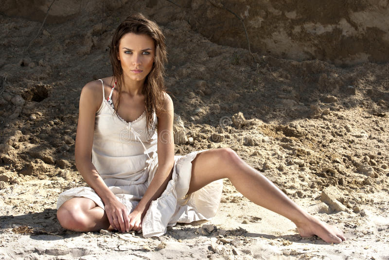 Νέα γυναίκα στο άσπρο φόρεμα στοκ φωτογραφίες με δικαίωμα ελεύθερης χρήσης