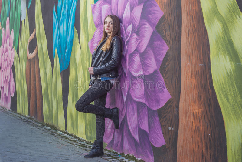 Νέα γυναίκα στο αστικό τοπίο - γκράφιτι στοκ εικόνες