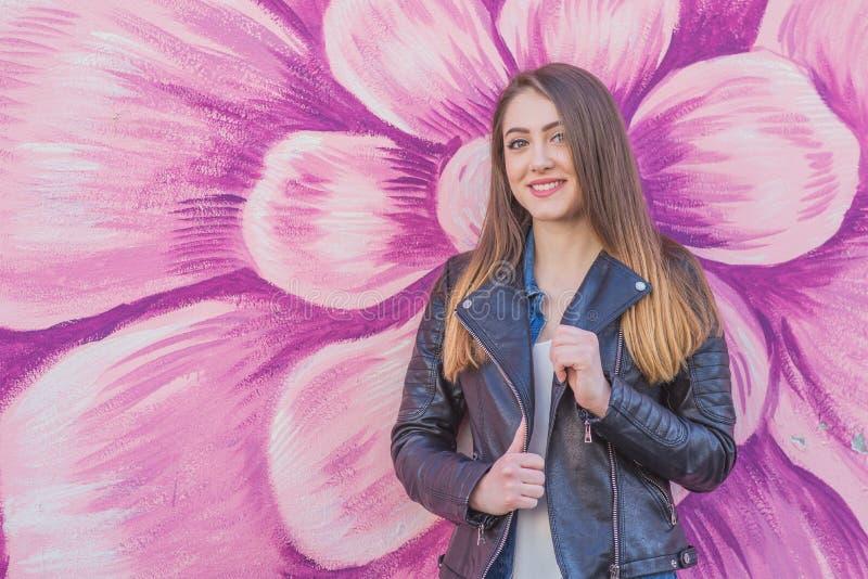 Νέα γυναίκα στο αστικό τοπίο - γκράφιτι στοκ φωτογραφίες