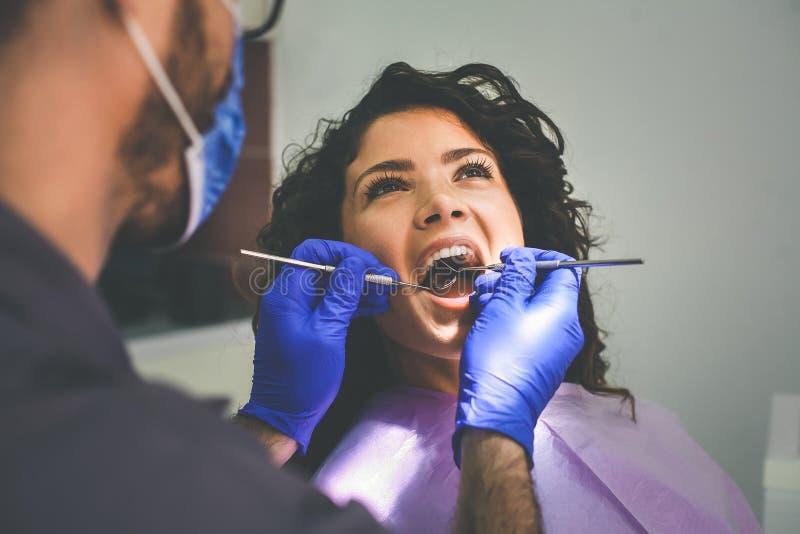 Νέα γυναίκα στο γραφείο οδοντιάτρων Για την εξέταση στοκ εικόνα