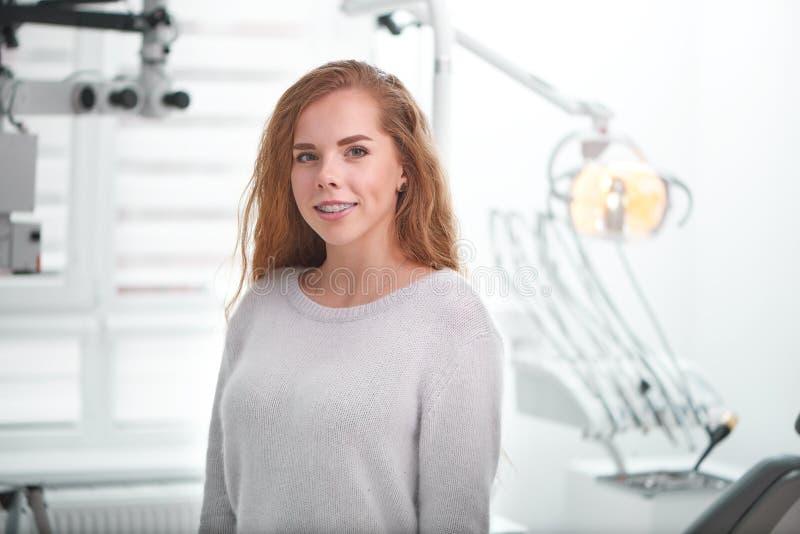 Νέα γυναίκα στο γραφείο οδοντιάτρων στοκ εικόνες με δικαίωμα ελεύθερης χρήσης